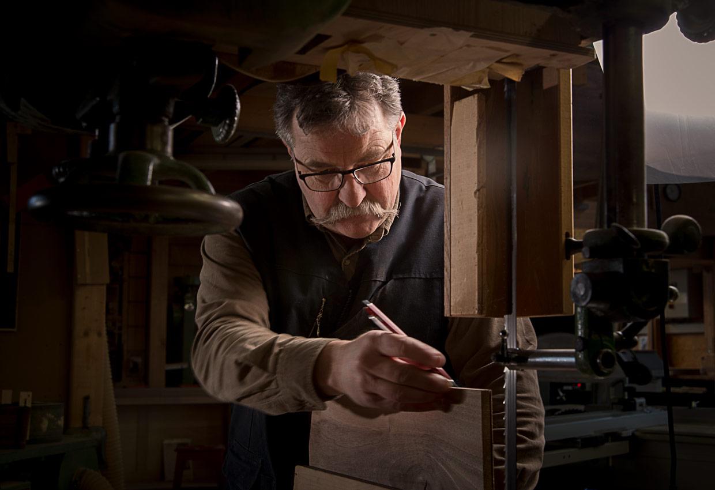 Philippe Emery, créateur ébéniste dans son atelier