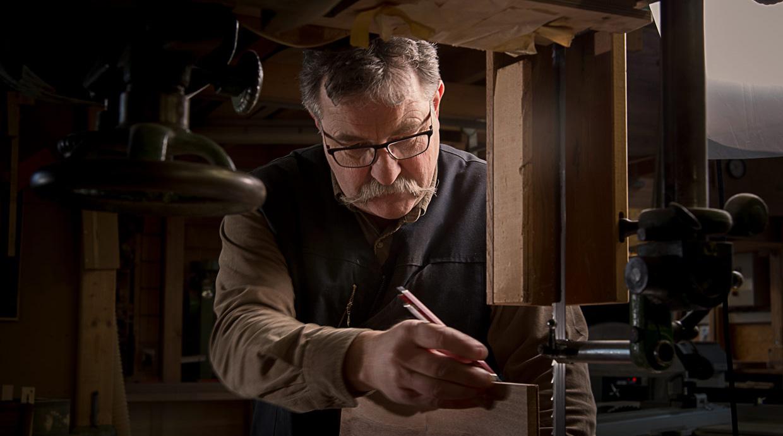 Philippe Emery dans son atelier d'ébénisterie.